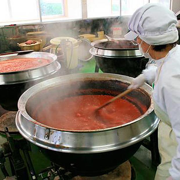 明宝トマトケチャップのできるまで その2 ジュース状になったものを大きな鍋に入れて約4時間煮込みます。