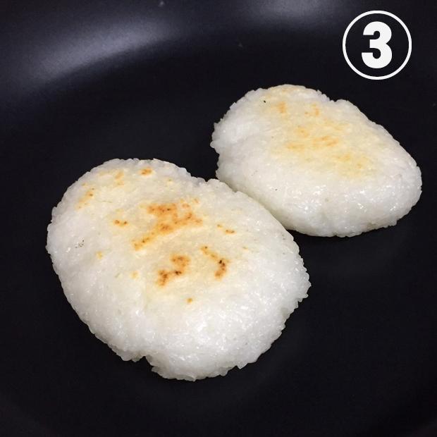 五平餅の作り方 ③テフロン加工のフライパン又は焦げ付きにくいクッキングシートなどを敷き表・裏両面に焼き色を付ける。(オーブントースターでもOKです。)